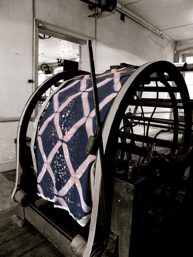 Miljön i det anrika väveriet fungerar både som inspiration och inramning till utställningen. Här Maja Sjögrens verk. (Foto Almgrens Sidenväveri)