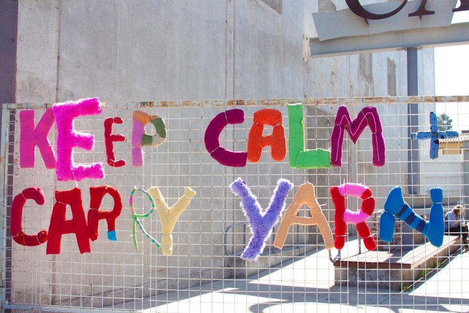 Inskickade ordspråk och favoritcitat från förbipasserande på gatan översatta i garn. Yarn Bombing Los Angeles har stickat och satt upp. (Foto Yarn Bombing Los Angeles