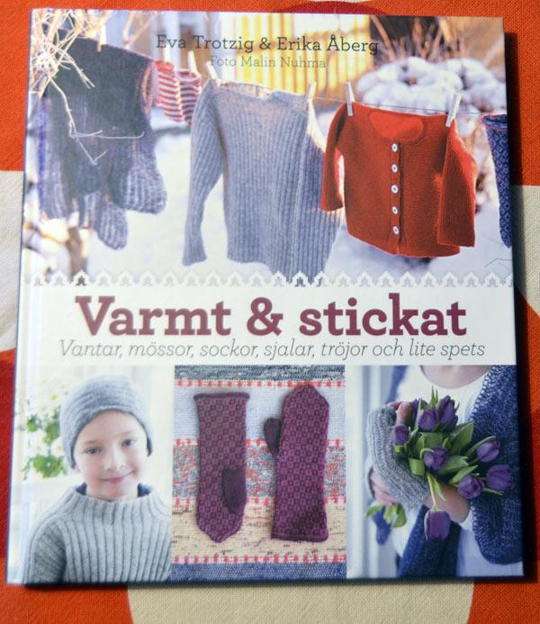 Omslaget till Varmt & Stickat, boken består av 36 fina projekt att sticka själv. (Foto Kurbits)