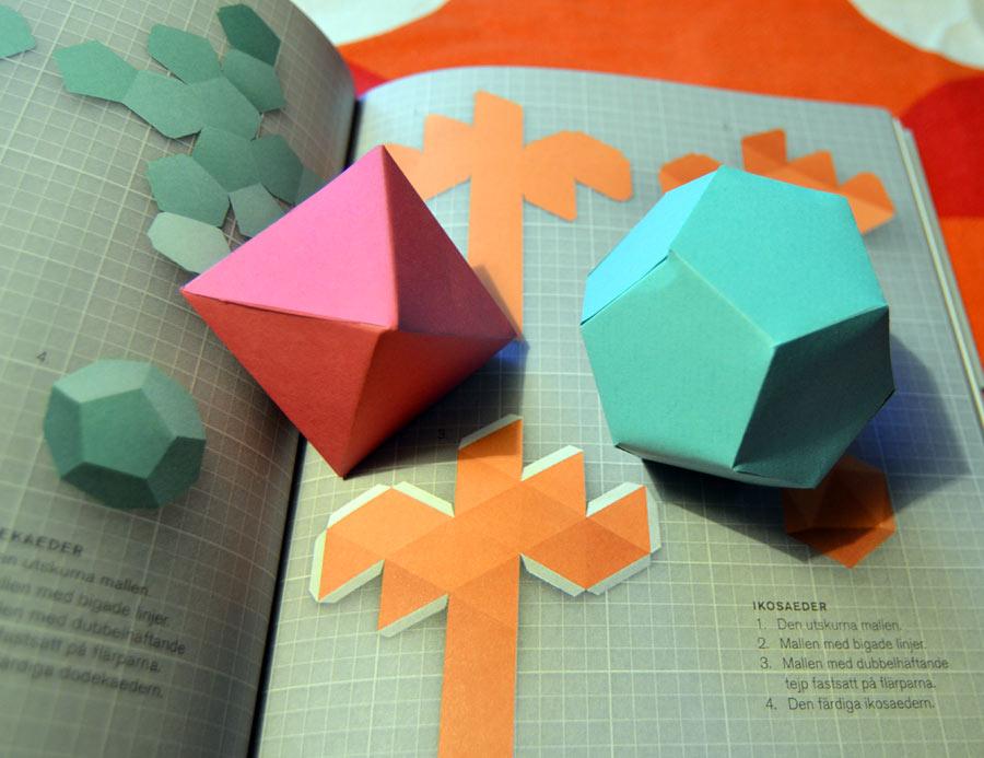 Jaaa, det är jag som har gjort de två pappersfigurerna! Sjukt stolt. Ganska trixigt. Mycket roligt! Mall och beskrivning finns i boken. (Foto Kurbits)