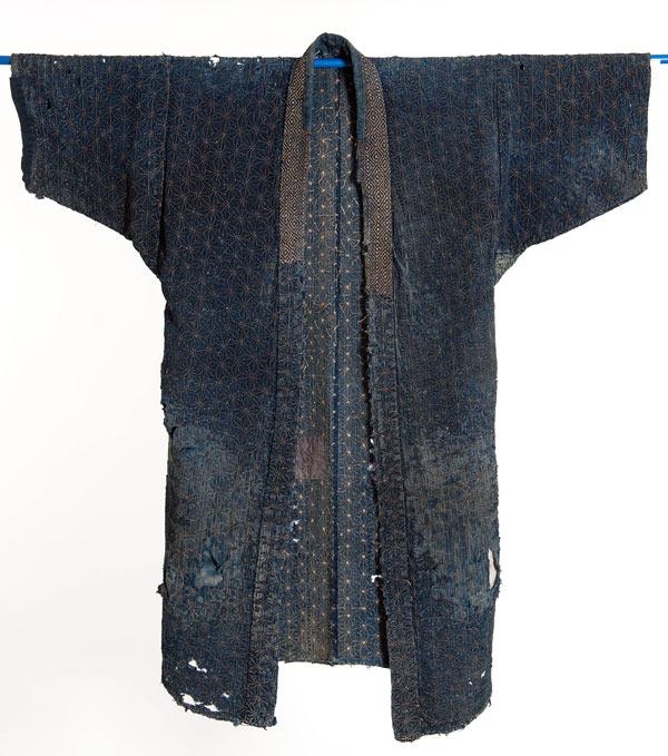 Kimono med hampamönster i sashiko, visas just nu på Murberget i Härnösand. (Foto Björn Grankvist)