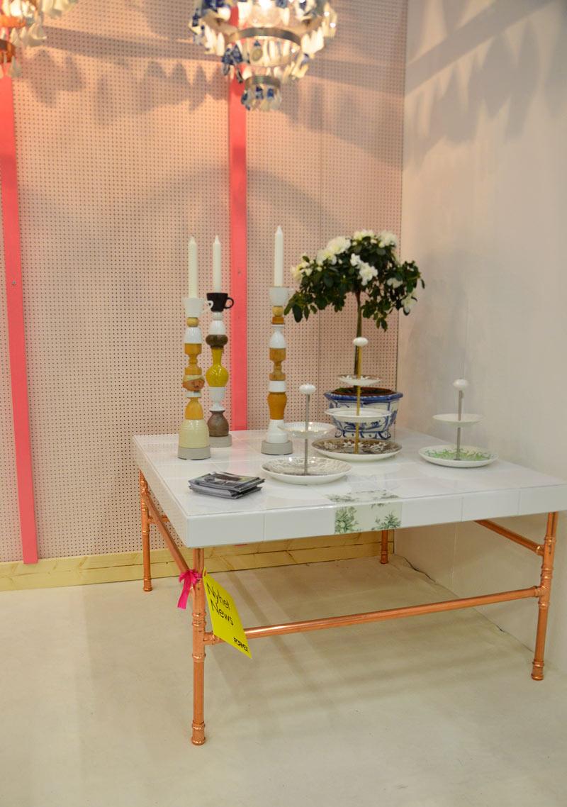 Ida från Créme de la Créme lanserade alldeles nygjorda bord, fortfarande är det återvunnet porslin som är främsta arbetsmaterialet. Fina höjder och finurliga underreden - jepp, rör förstås. (Foto Kurbits)