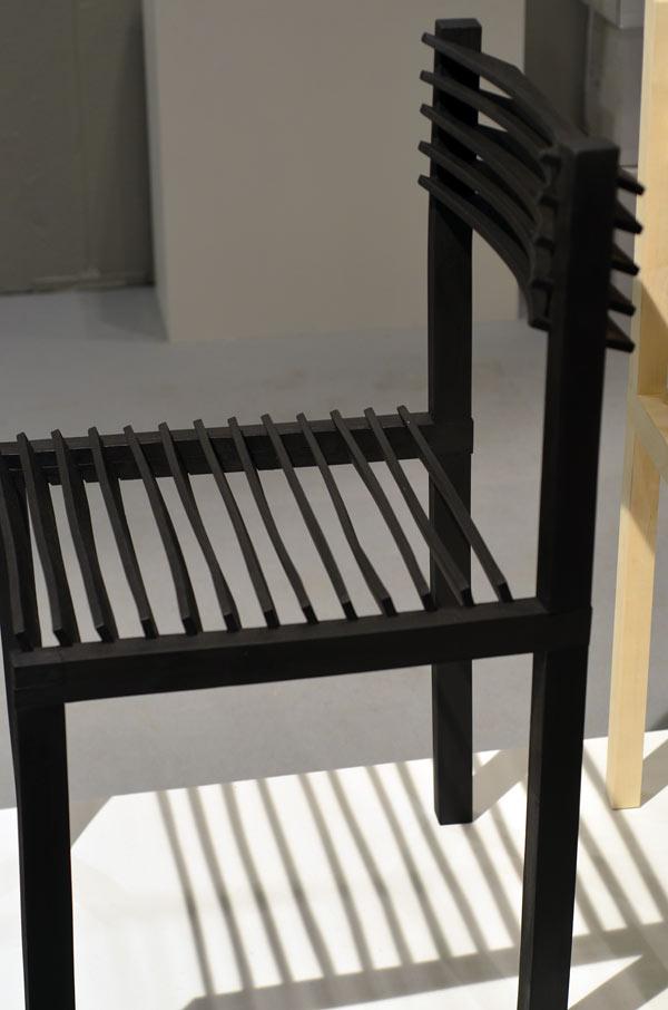 Genom att tvärställa sittslåarna skapas inte bara en estetisk detalj, själva redovisandet av tekniken blir också tydlig. Stol med hopkrympta delar från Lith Linth Lundin. (Foto Kurbits)