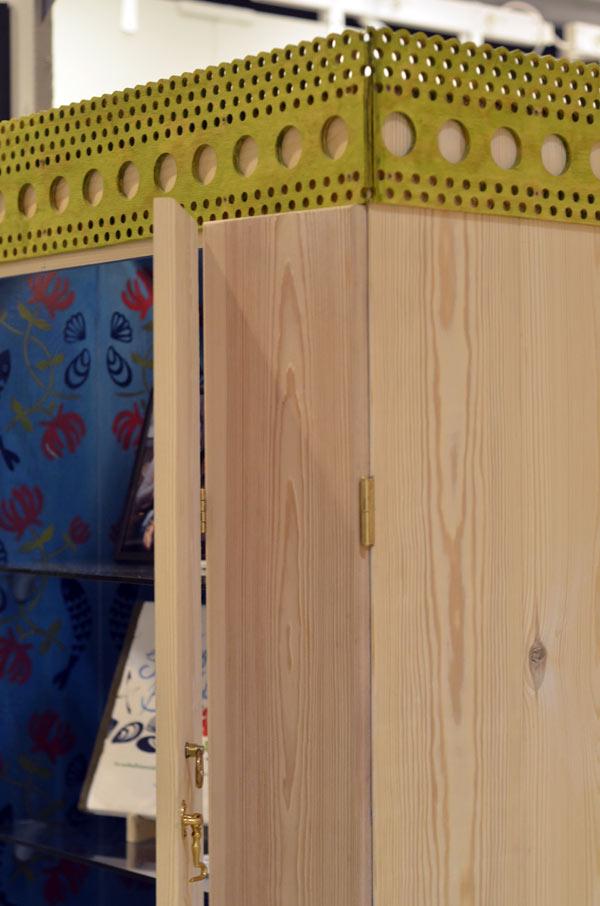 Bakom en stram furufasad döljer sig en storblommig schablon - Matilda Dalquists skåp bjuder på olika stämningar. (Foto Kurbits)