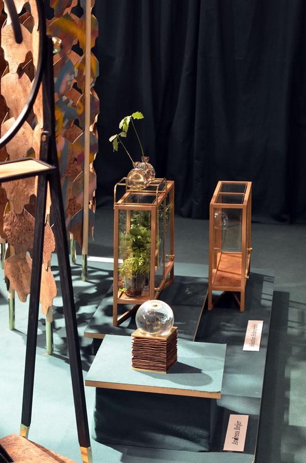 Från Carl Malmsten och Svenskt Tenn i ett samarbetsprojekt där eleverna arbetat med överblivna ark med träfaner och förvandlat dem till rumsavdelare, lampor och som här - miniväxthus. (Foto Kurbits)