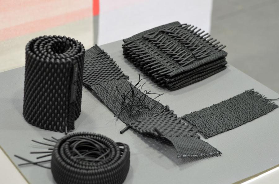 Twistin of Sweden, som använder sig av både annorlunda material och vävtekniker för att komma åt något alldeles extra - någonslags kärna inom textilen. Här är det gummi som hamnat i vävstolen. (Foto Kurbits)