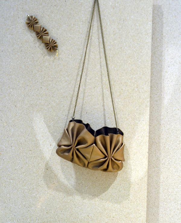 Och avdelningen vill ha vill ha. Lisa Hilland igen. Armband och väska i läder. Ååh. (Foto Kurbis)