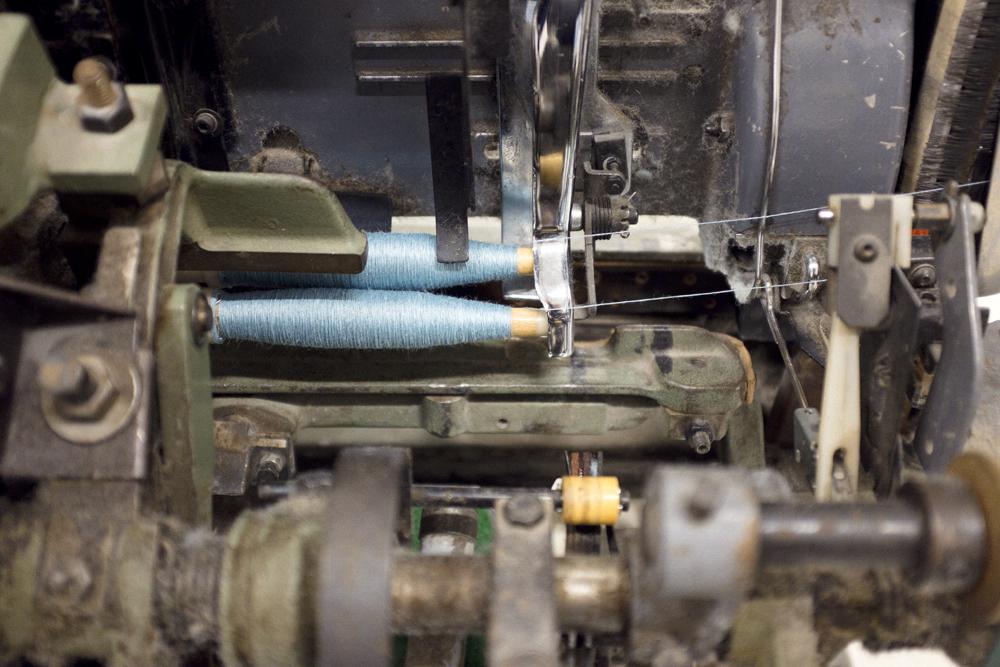 Fabrikens vävstolar gör sitt jobb för fullt för Växbo Lins ordinarie kollektion, i detta samarbete kunde resterna användas. (Foto Vinh Kha)