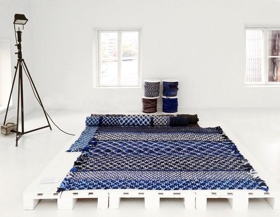 Mattan Kasuri  finns i en blå och en brun färgställning. Materialet är bomullstrikå, överskottsmaterial från t-shirttillverkning.  (Foto Re Rag Rug)
