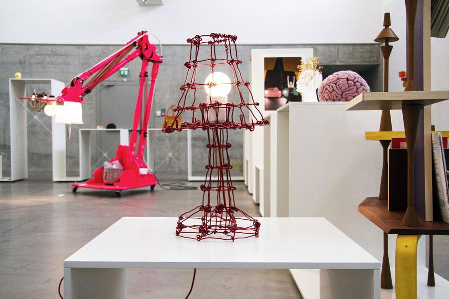 Interiörbild från den pågående utställningen The Future is Handmade, på Kalmar Konstmuseum. (Foto Michelangelo Miskulin)