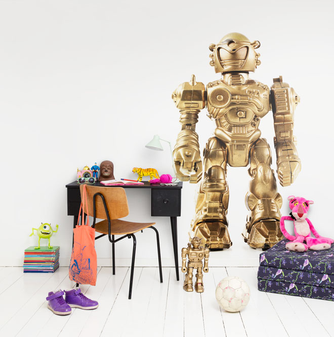 Roboten Robusto ingår som enskilt motiv och mönster i Isabelle McAllisters nya tapetkollektion för barn, i samarbete med Mr Perswall. (Foto Mr Perswall)