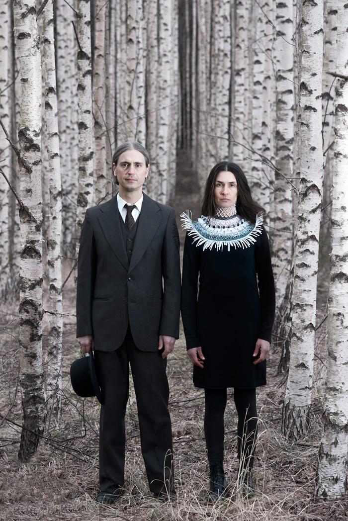 Halssmycket Vingklippt av Johanna Törnqvist, gjort i återbrukat textilt material och förpackningsmaterial i plast. (Foto Fredrik Sederholm)