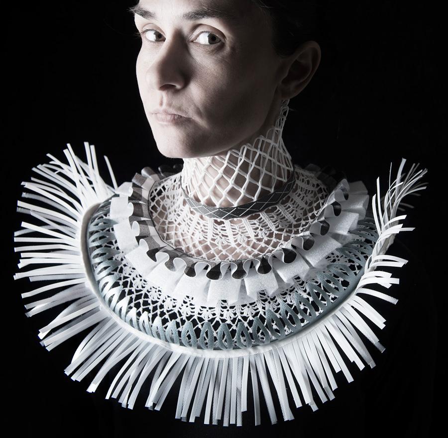 Halssmycket Vingklippt av Johanna Törnqvist, gjort i återbrukat textilt material och förpackningsmaterial i plast. Smycket ingår i den kommande utställningen Smycka halsen på Konsthantverkarna. (Foto Fredrik Sederholm)