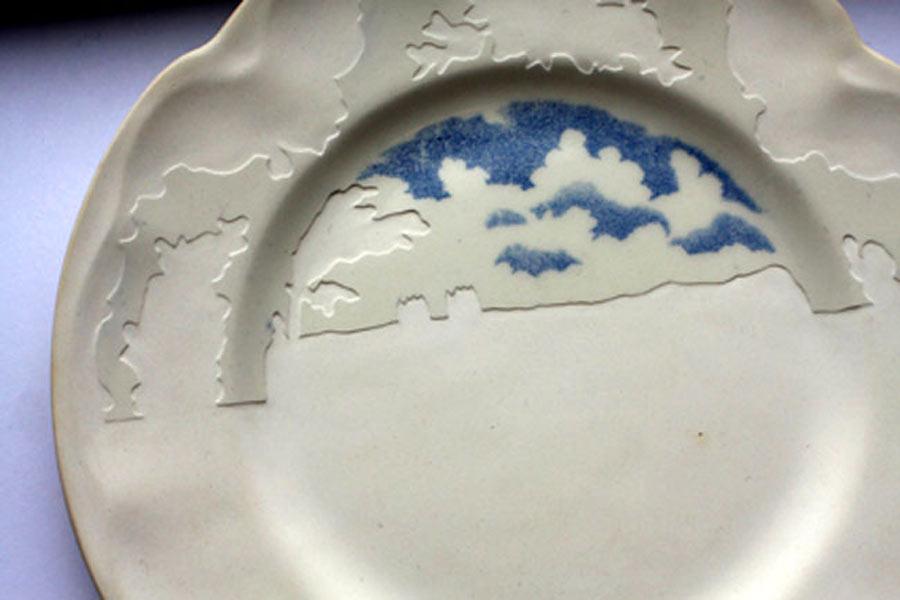 Serien Under Blue Skies, där Caroline Slotte tagit valt bort allt annat än himmel i utvalda second hand-tallrikar. (Foto Caroline Slotte)
