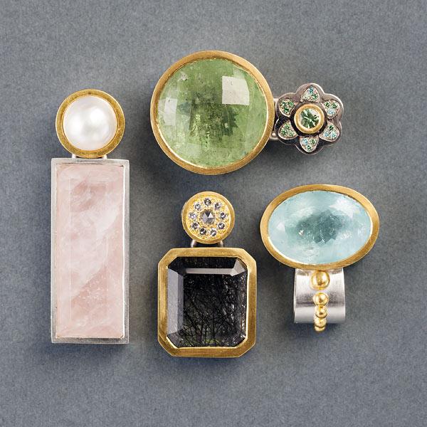 Hedvig Westermark deltar i utställningen Smycka halsen på Konsthantverkarna. (Foto Konsthantverkarna)