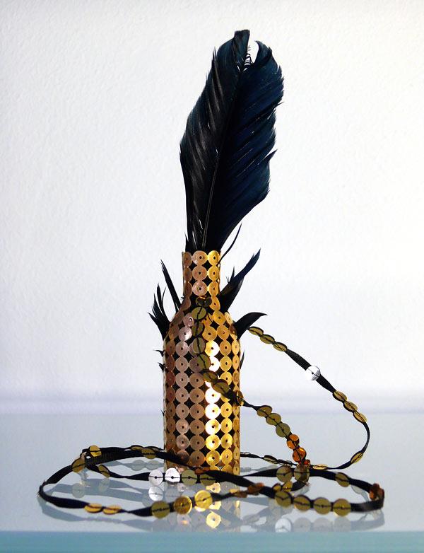 Voodooflaska av Sara Engberg, i Konsthantverkarnas utställning Smycka halsen som öppnade i helgen. (Foto Konsthantverkarna)