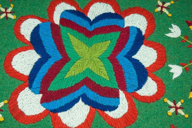 Detalj från stolens sits. Av Elin Jantze. Läs mer om hennes arbete på bloggen Med nål och tråd. (Foto Elin Jantze)