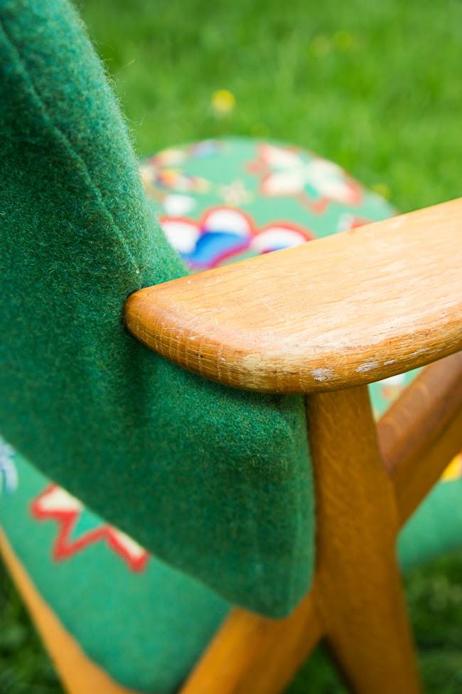 Detalj med omklädningen i fokus. Stolen fick ny stoppning och kunde kläs om med hjälp av googling och elektrisk häftpistol. (Foto Elin Jantze)