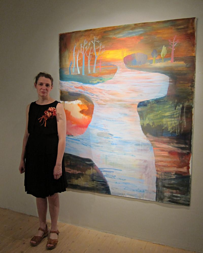 Ida Björs framför sin målning Landskap II, som ingår i utställningen Slukhål. På Bollnäs konsthall hela sommaren - gå och se! (Foto Kurbits)