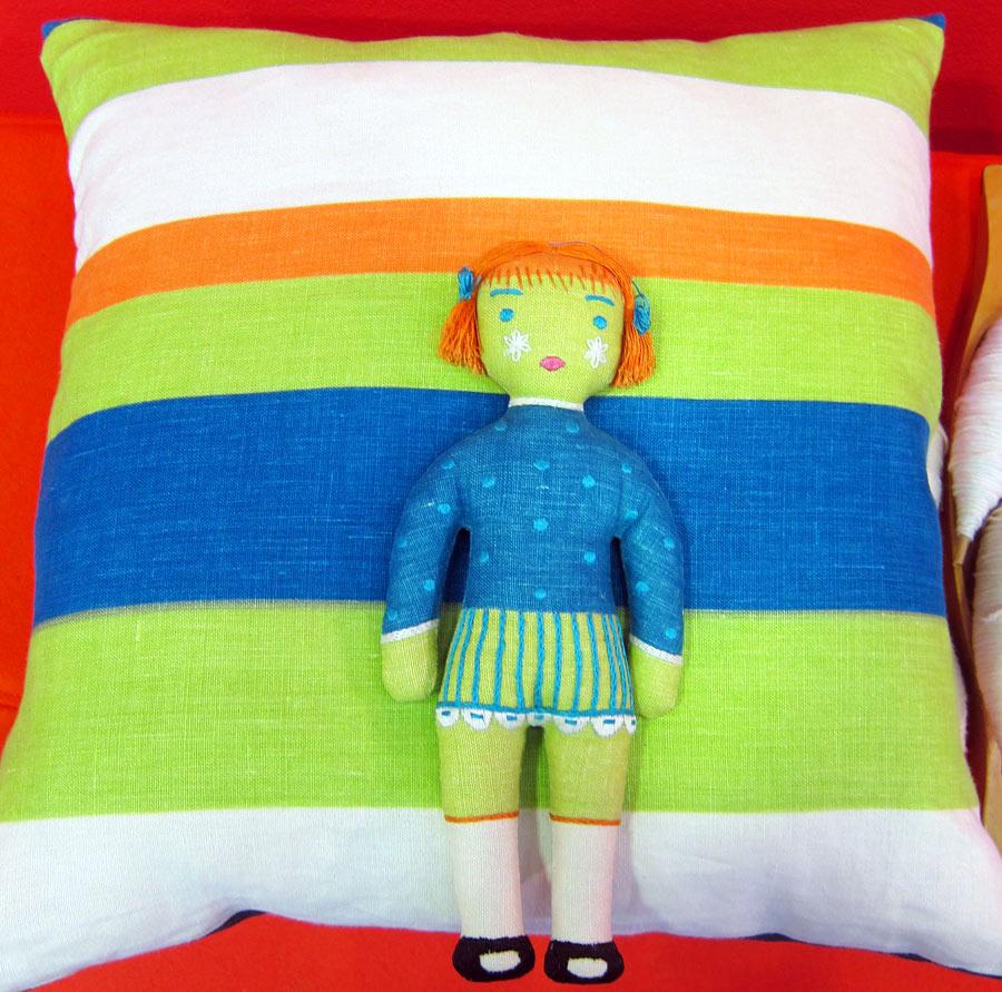 Observera den matchande dockan! Edna Martin formgav kuddar och dockor att göra själv som fanns till försäljning på Handarbetets Vänner under 50- och 60-talen. Nu undersöker man sätt att få dem i produktion igen. (Foto Kurbits)