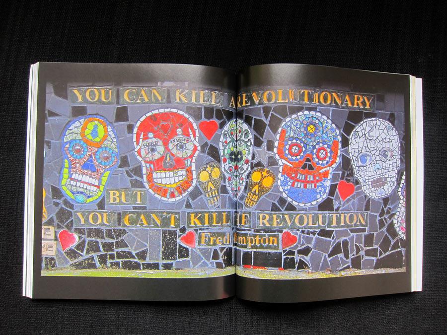 Carrie Reichardts mosaikmur utanför sin ateljé utanför London. Carrie deltar i boken och hävdar att revolutionen kan skapas med hjälp av mosaik. (Foto uppslag ur boken Kurbits)