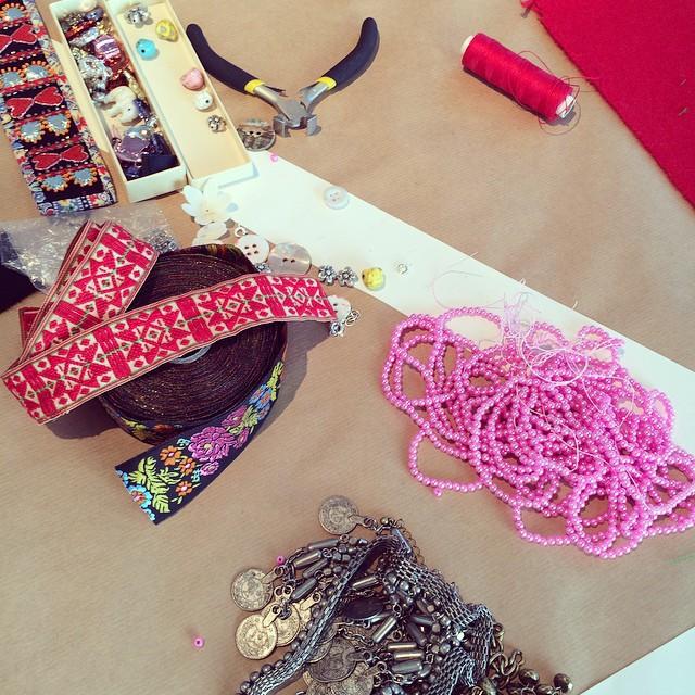 Installerade och på gång. Anna Wengdins materialsamling från Do-shopen under Handmade Issues på Bonnier Konsthall i måndags. (Foto Kurbits)
