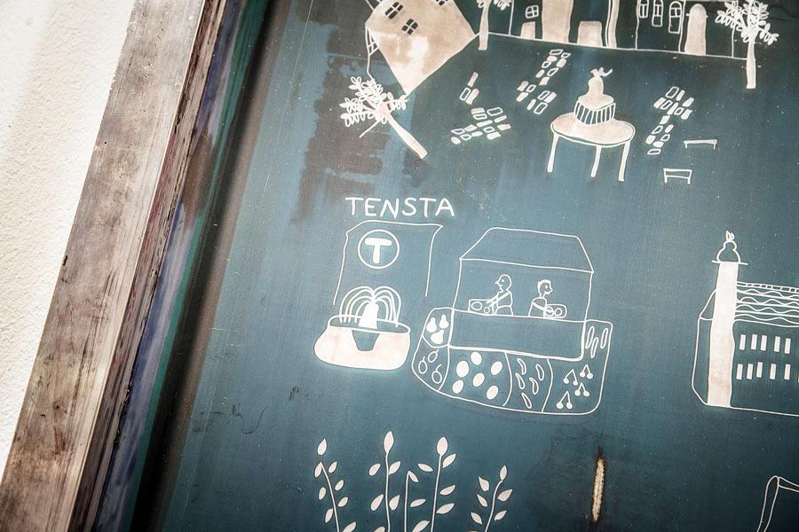En av Livstyckets textiltrycksramar, där deras mönster skymtar. Ofta återfinns Tensta i deras mönster. (Foto Sweef)