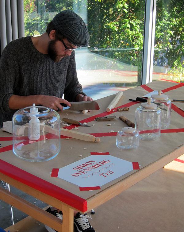 Simon Svennberg fick alltså inte ta med sig svarven, men tillverkade istället knopparna för hand på plats. Hans vas blev en burk i tre storlekar, och dagens problemlösning handlade för honom om att tälja passande knoppar och huruvida locken skulle ha färg eller ej. (Foto Kurbits)
