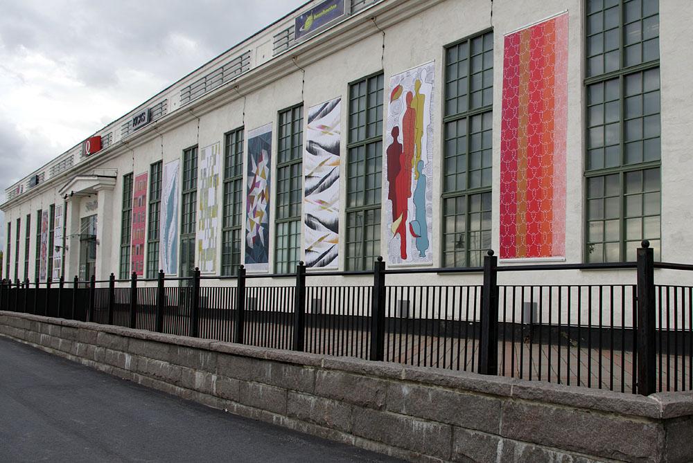 Tolv konstnärer i föreningen Textilmejeriet i Umeå har digitaltryckt vepor för offentlig utsmyckning i samband med Umeås kulturhuvudstadsår. (Foto Textilmejeriet)