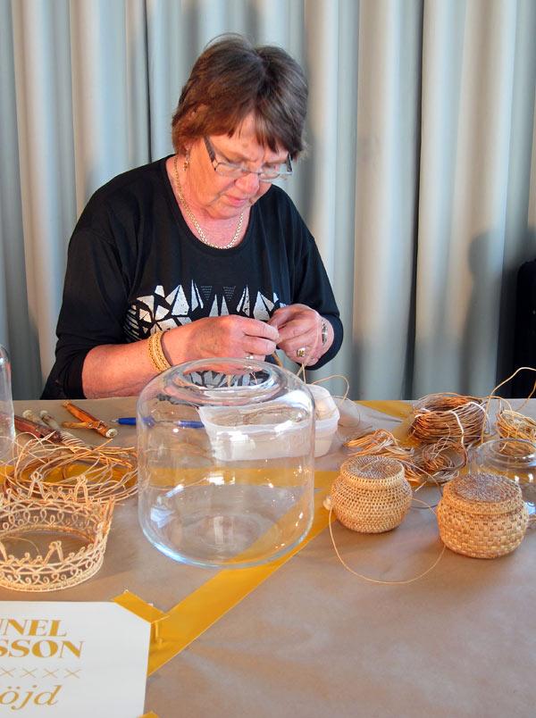 Gunnel Eriksson valde också att ha kvar vasens funktion, men lade en rotkrans som dekoration. Hon började från början trots att rotslöjden är oerhört tidskrävande. (Foto Kurbits)
