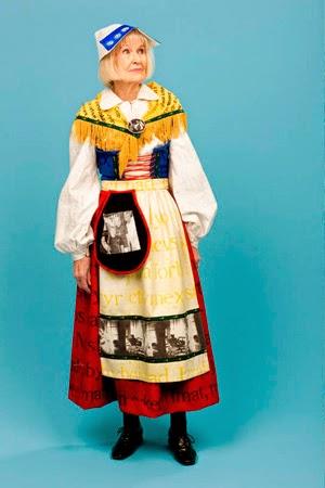 Ulrika Thoréns folkdräkt med tema populärkultur och historiska referenser, visas just nu på Härnösands konsthall, där jag föreläser ikväll. (Foto Ulrika Thorén)