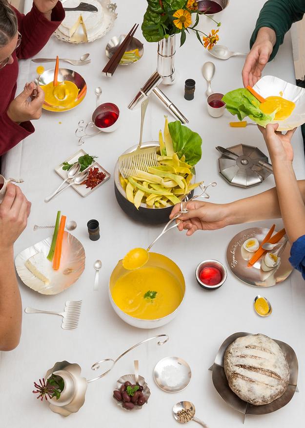 Jubileumsmiddag i handgjort silver från LOD: fat, sked, skål, tesked, gaffel, kopp, bägare. (Foto Christian Habetzeder)