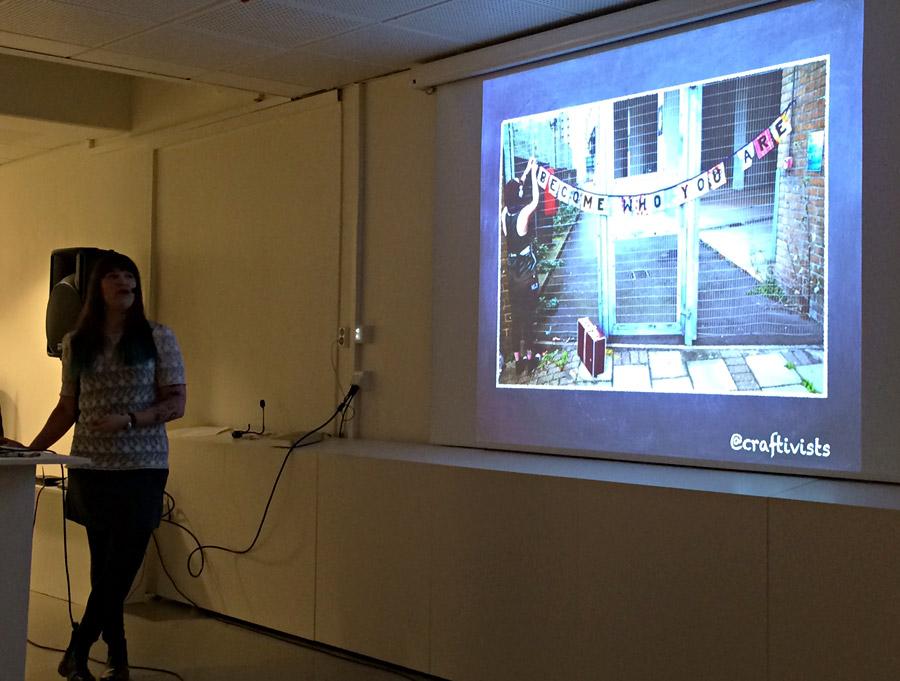 Sarah Corbett föreläser på Beckmans. (Foto Kurbits)