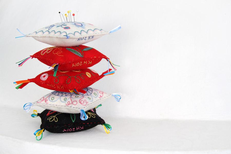 Brodösen Karin Holmbergs nåldynor att göra själv med inspiration ur de textila delarna av samlingarna. (Foto Sörmlands museum)
