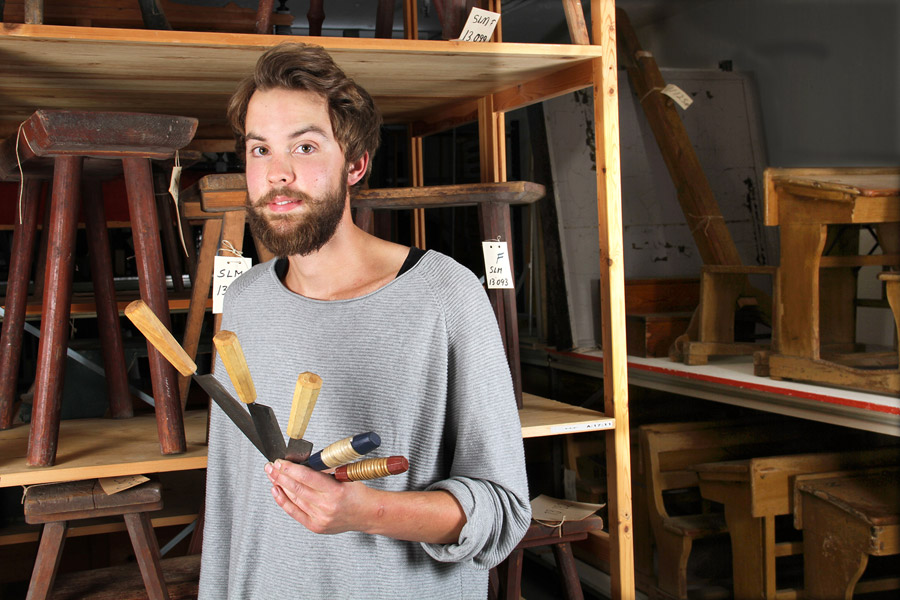 Träslöjdaren Simon Svennberg (som figurerade i Hemslöjd/Designtorgetsammanhang här på bloggen för ett par veckor sedan) med sina knivar. (Foto Sörmlands museum)