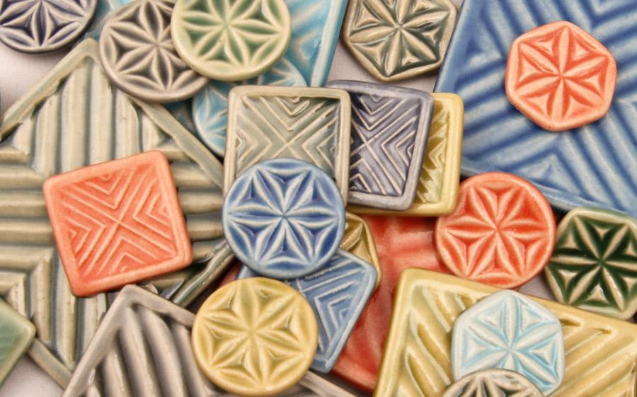 Mosaikplattor med inspiration i karvsnitt av Ulrika Eckhardt. (Foto Sörmlands museum)