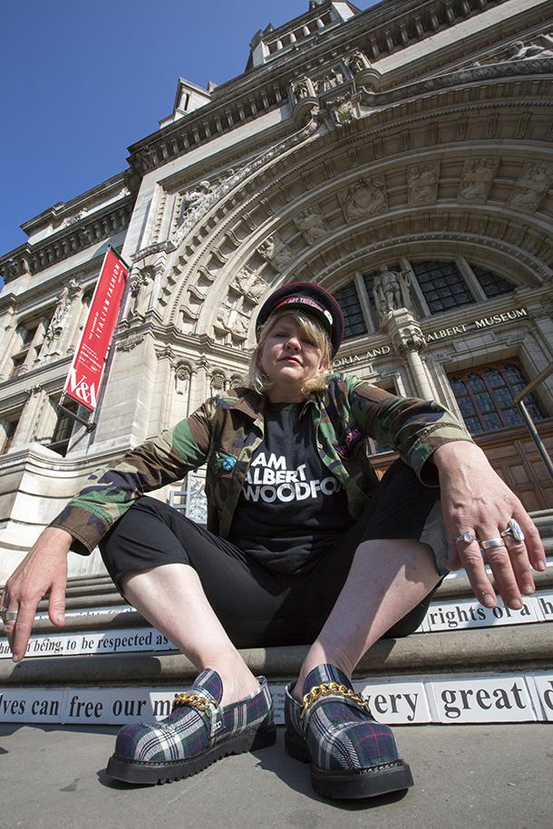 Carrie Rechardt framför sina mosaikverk på trappan och i entrén till Victoria&Albert Museum i London. (Foto V&A)