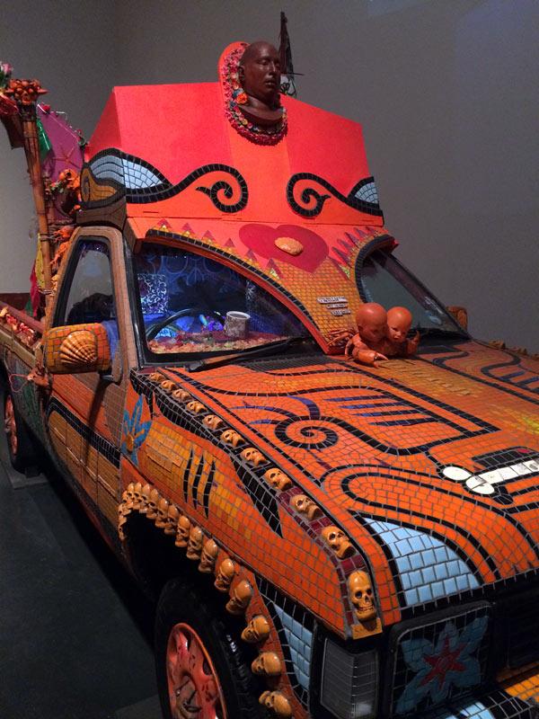 The Tiki Love Truck, en bil täckt i mosaik med budskap, av Carrie Reichardt. På taket syns dödsmasken av Ash, bilen är en hyllning till honom och andra avrättade amerikanska fångar. Verket är gjort av Carrie Reichardt. (Foto Kurbits)