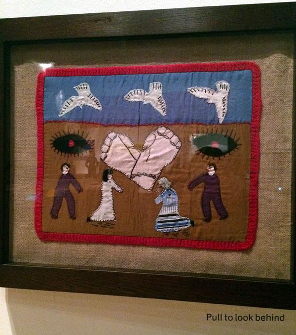 Verket Where are our Children, applikation från 1979 från Chile. I utställningen visas också en handskriven lapp som hittades i en ficka på baksidan,  med ett meddelande från brodösen. (Foto Kurbits)