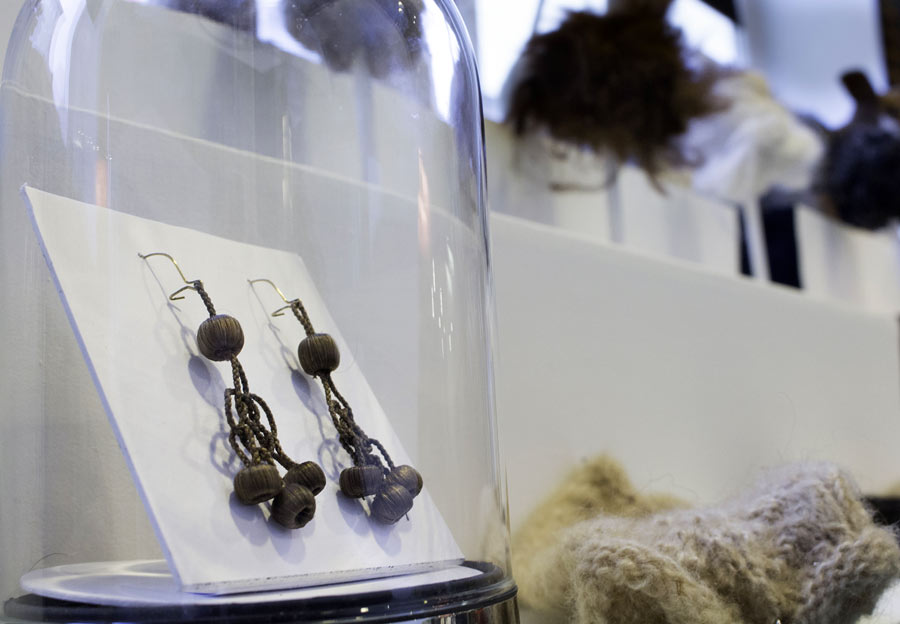 Örhängen gjorda i människohår i utställningens del om olika material. (Foto Stilmedveten)