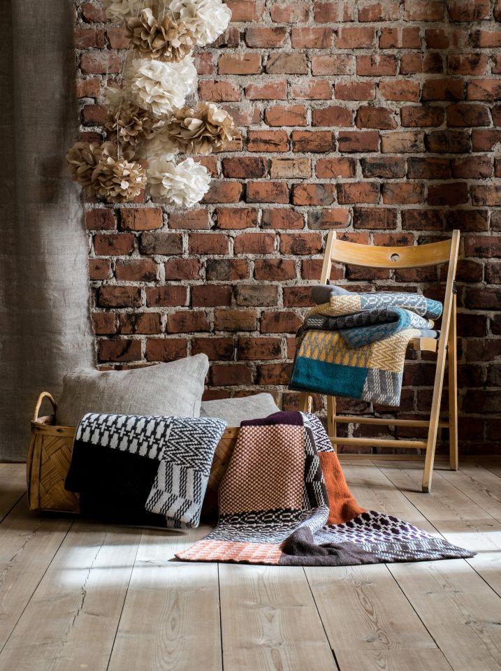 RioRios textila produkter är fina i både färgskala och mönster. Filtar och kuddfodral finns också, utöver mössorna. (Foto RioRio)