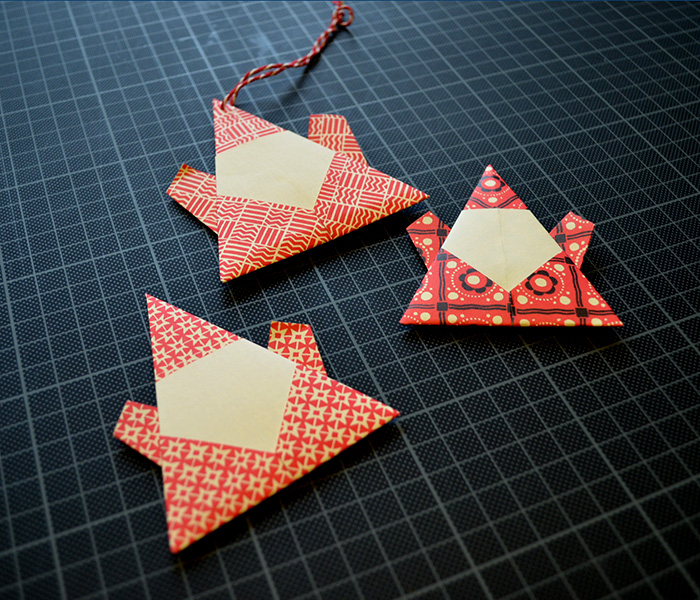 Djura Bok visar hur du viker en fin papperstomte i kalendern 25 creative days of christmas. (Foto Djura Bok)