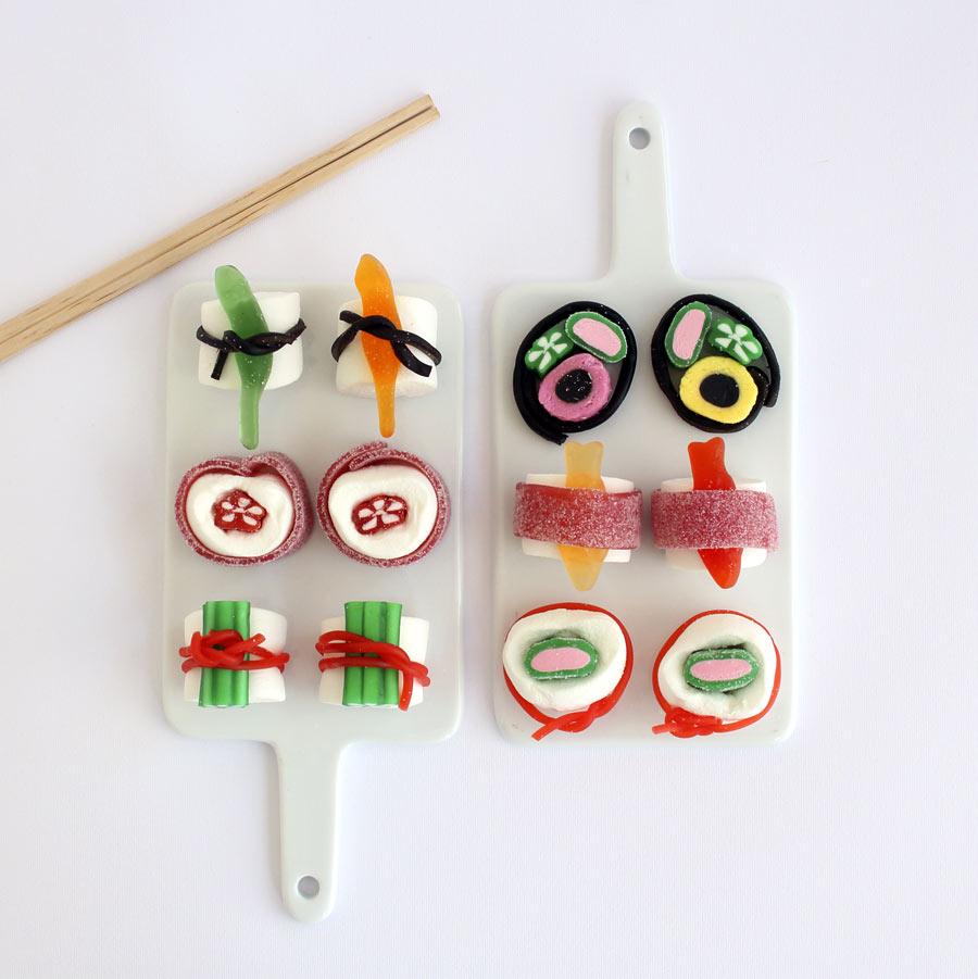 Godaste godis-sushin ser förstås ut så här! Projektbeskrivning finns i boken Pyssla med mig! Av Karin Schaefer och Freja, som pysslar ihop, nu också i bokform. (Foto   Karin Schaefer)
