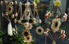 Papper, blommor, sugrör, tofsar - allt fungerar fint i pyntets magiska värld. (Foto Tor Cederman)