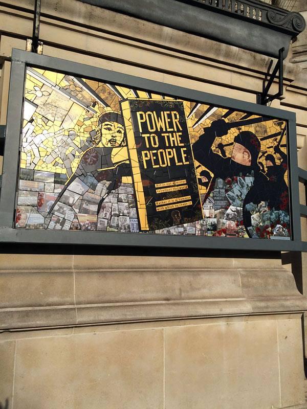 """""""Power to the people!"""" Verk av craftivisten Carrie Reichardt i den pågående utställningen Disobedient Objects, om kreativa sätt att göra motstånd i det offentliga rummet. Carrie arbetar med politiska budskap i mosaik och sätter ut sina verk i stadsmiljön. (Foto Kurbits)"""