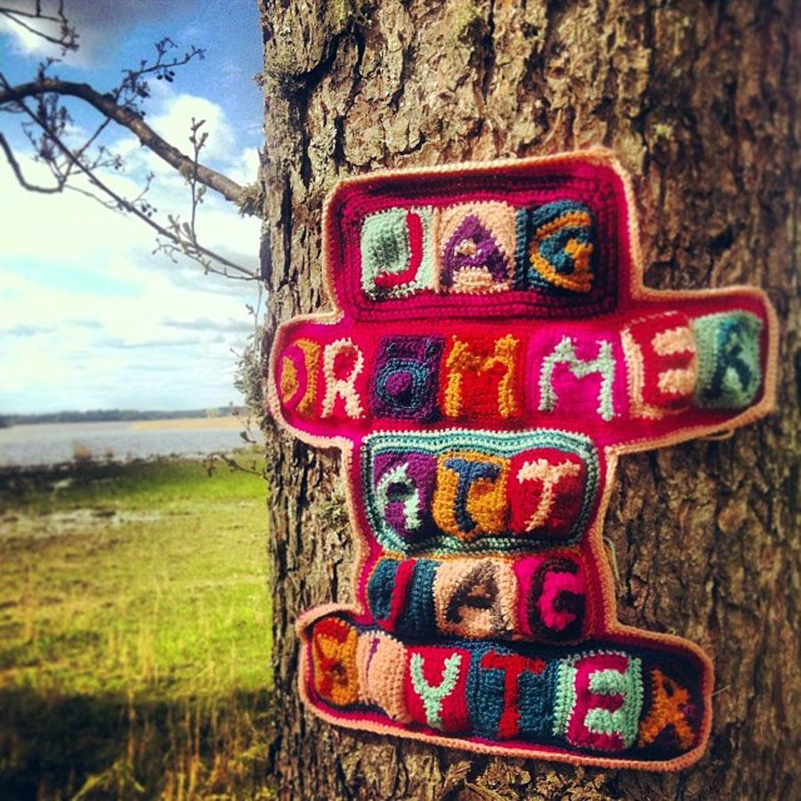 """""""Jag drömmer att jag flyter"""". Garnapa är en av årets fina slöjdberättare också, hon berättar poetiskt i garn. (Foto Elisabeth Bucht)"""