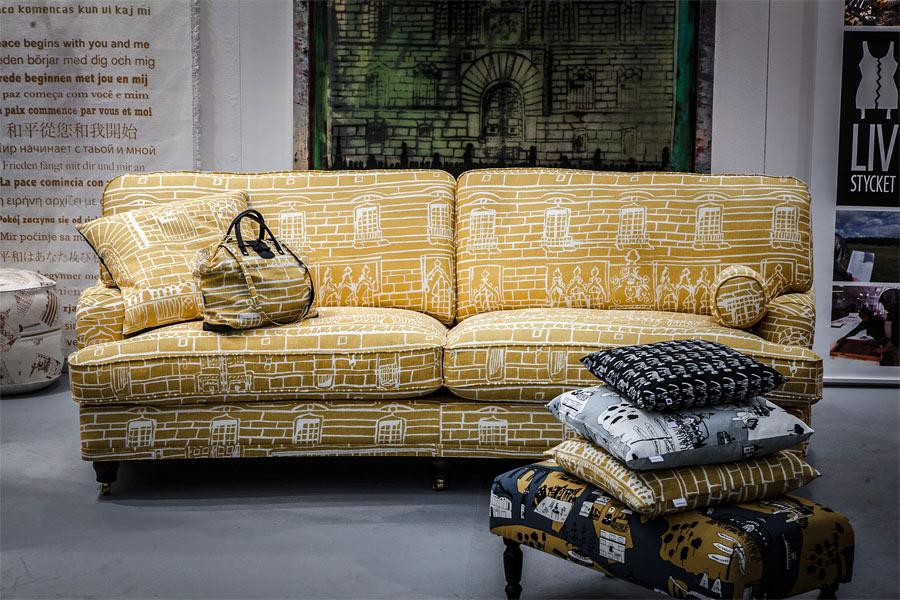 Möbelföretaget Sweefs soffa med Livstyckets mönster, gjort tillsammans med Hallwylska i Stockholm. (Foto Sweef)