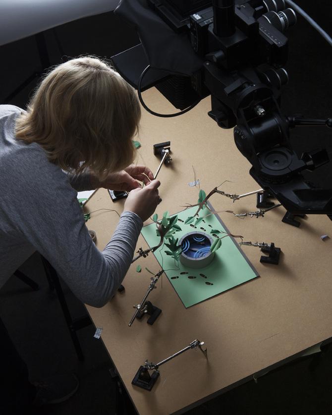 Fideli bygger upp Kerstin Ekman-omslaget inför fotograferingen. (Foto Magnus Cramer)