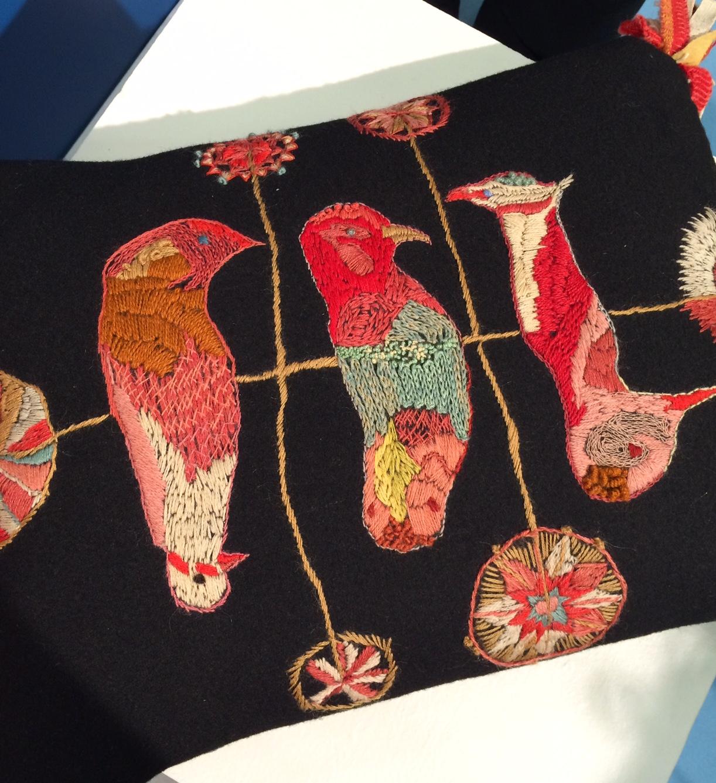Handbroderad kudde av Siri Pettersson, i Handarbetets Vänners monter. Också en av mina favoriter - strålande fin, eller hur? (Foto Kurbits)