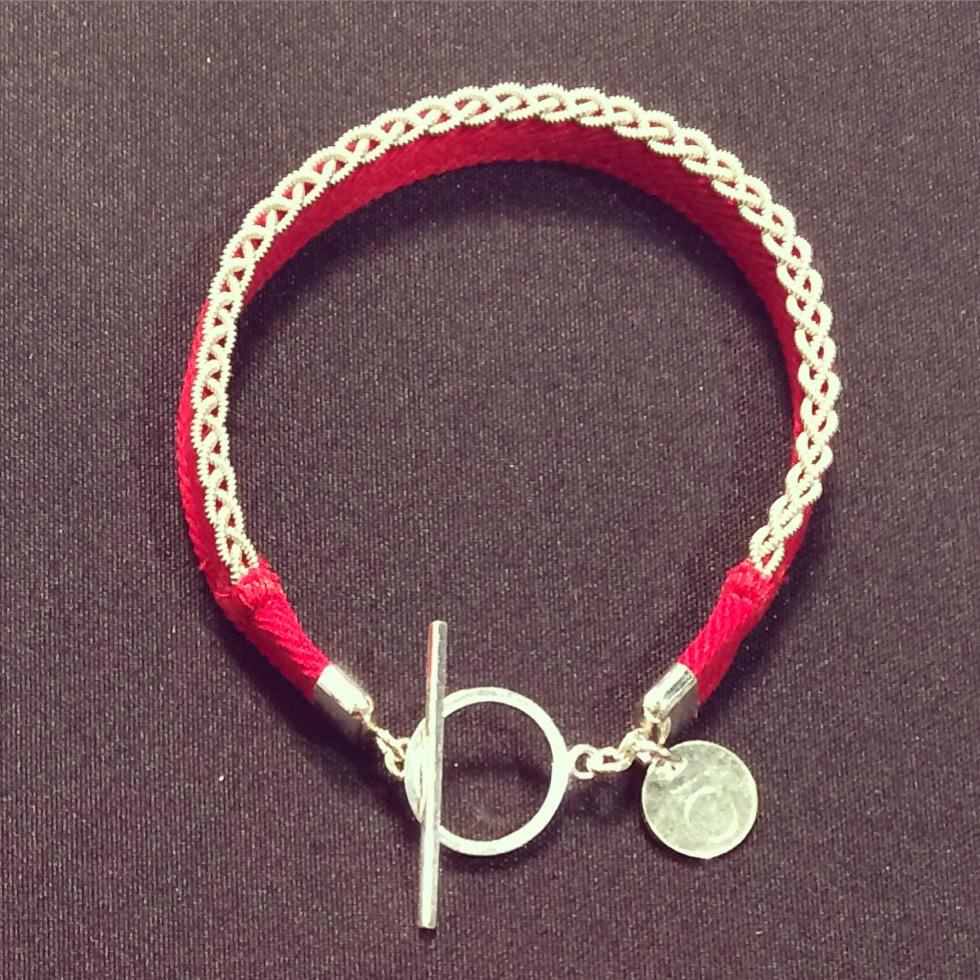 Sara Björnes fantastiska armband! Briljant idé att sätta tennflätningen på sidan - förstås! (Foto Kurbits)